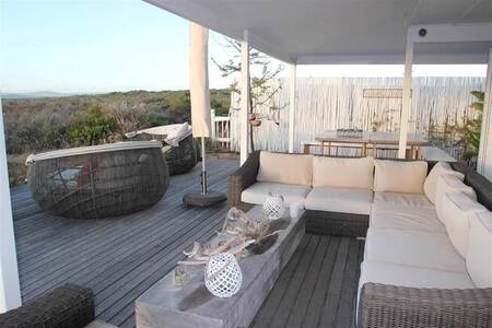 4 Bed House in Grotto Bay