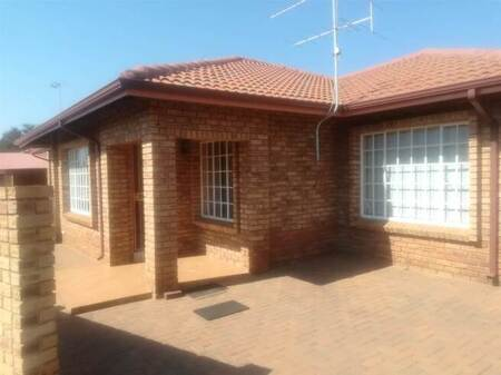 2 Bed Townhouse in Randfontein