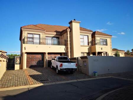 5 Bed House in Amberfield Manor