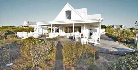 Sunny beach house for nature lovers in Grotto Bay