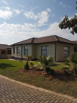 3 Bedroom House For Sale in Waterfall View