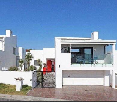 3 Bed House in Bloubergstrand