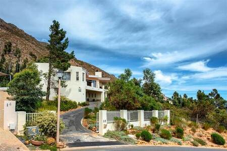 5 Bed House in Gordons Bay Central