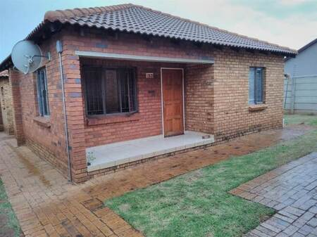 3 Bed Townhouse in Protea Glen