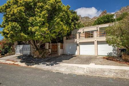5 Bed House in Lakeside