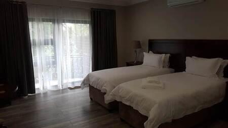10 Bed House in Die Hoewes