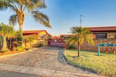 4 Bedroom Townhouse For Sale in Edleen