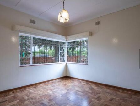 Menlo Park close to Menlyn Big Beautiful Rooms in House on Main Route