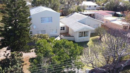 8 Bedroom House For Sale in Beacon Bay