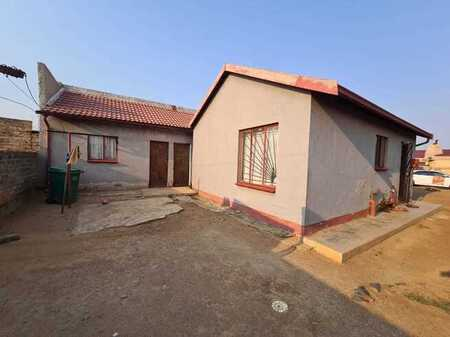 A lovely 2 bedroom house for sale in Lakeside