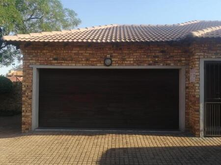 3 Bedroom and Shower and Bathroom with Garage